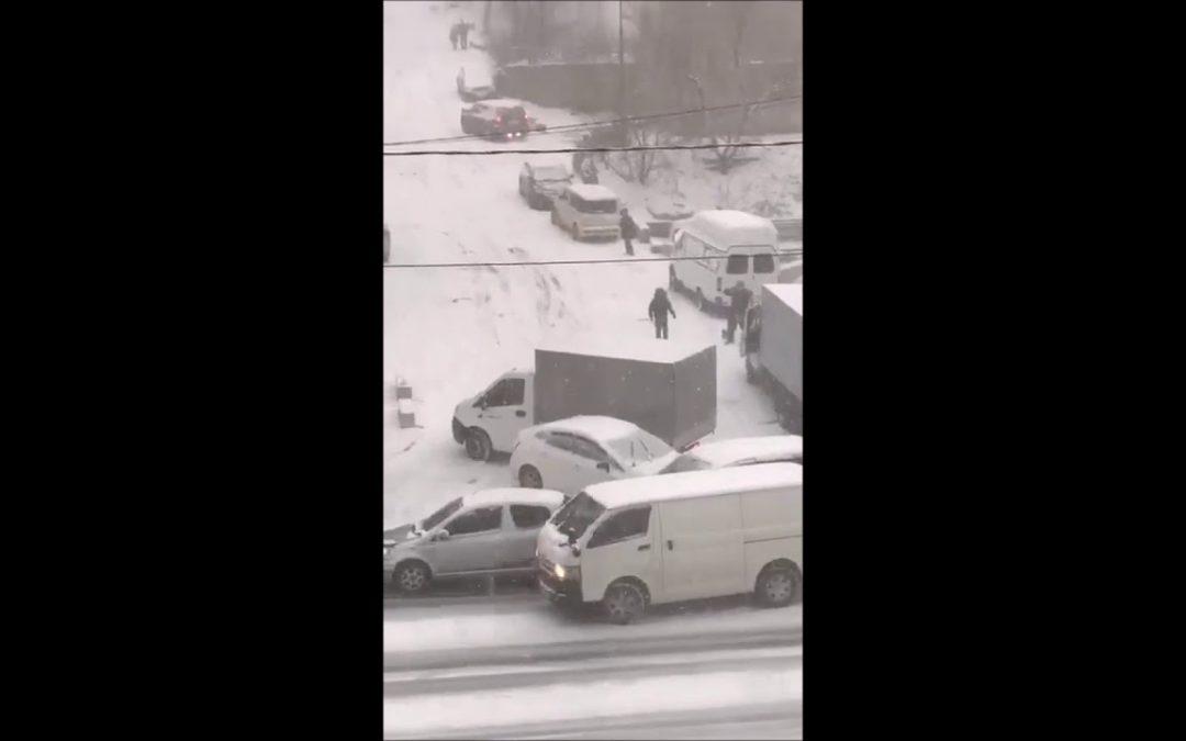 Russisches Autoballett auf Schnee & Eis