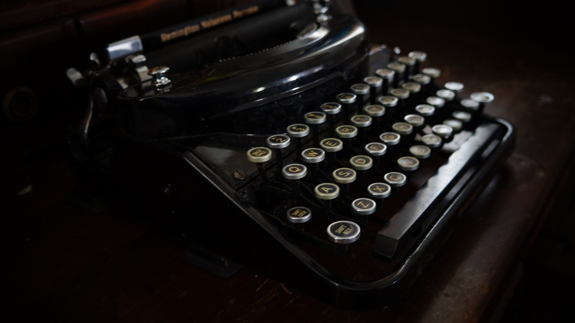 Management Typewriter. Source: https://pixabay.com/de/alte-schreibmaschine-ehemalige-retro-1379166/