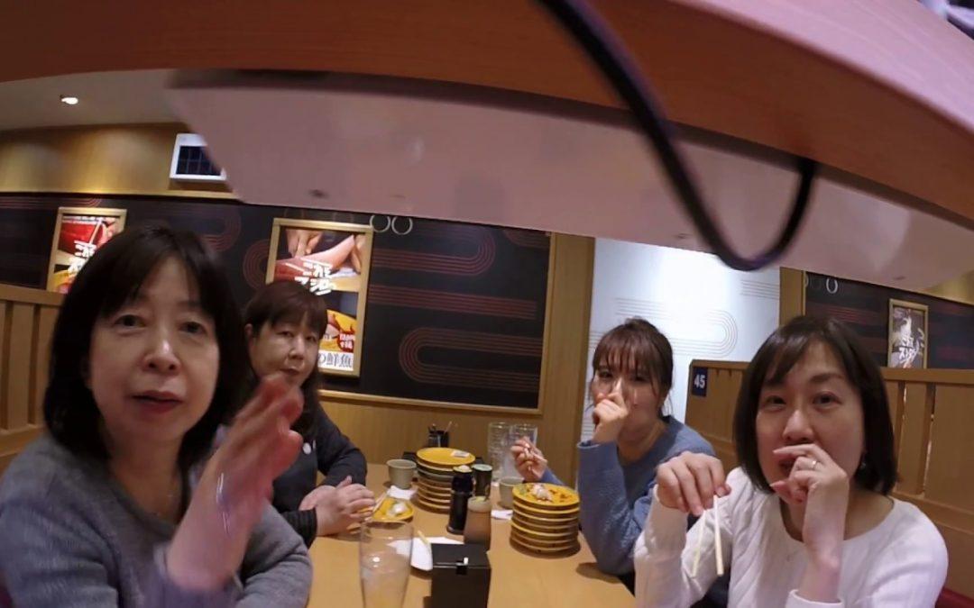 Mann stellt seine GoPro auf ein Running-Sushi-Fließband und nimmt die Restaurant Gäste auf